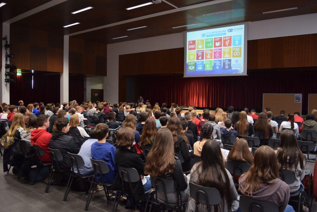 """Save the Ocean!"" Meeresschutzaktivistin Tharaka Sriram ruft an der Carl-Zeiss Schule in Berlin zu mehr maritimem Umweltbewusstsein auf"